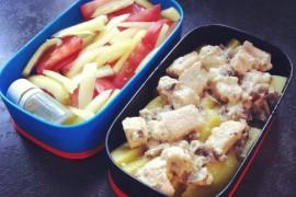 Рецепт бенто №24. Картофель с курицей и грибами, салат