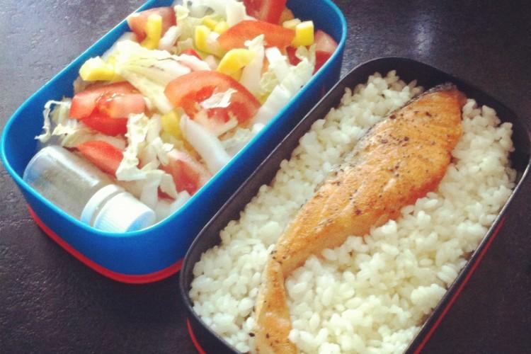 Рецепт бенто №26. Рис и жареный лосось, овощной салат