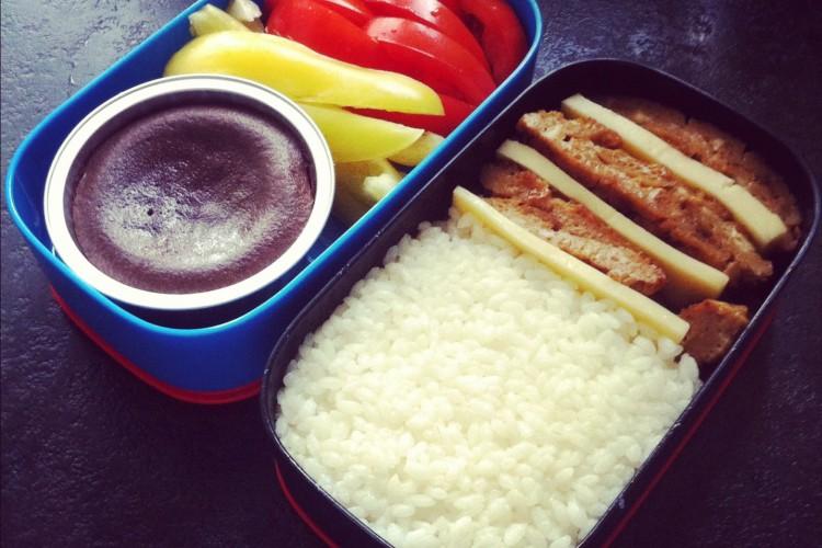 Рецепт бенто №27. Рис, японский омлет, сыр и овощи