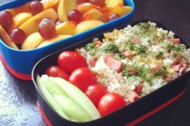 Рецепт бенто №1. Жареный рис с ветчиной и яйцом и фруктовый салат