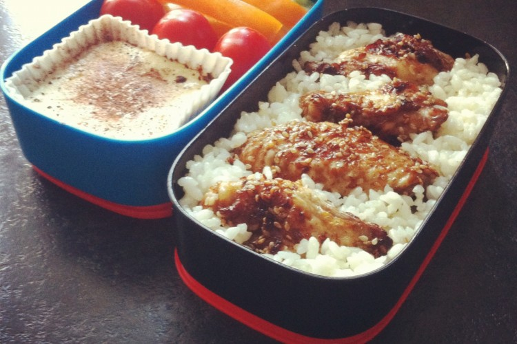 Рецепт бенто №12. Рис и куриные крылышки в кунжуте, чизкейк