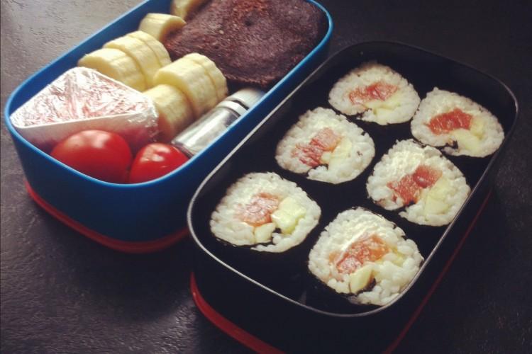 Рецепт бенто №14. Суши роллы с сёмгой и шоколадный кекс