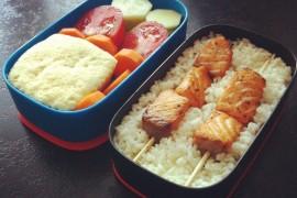 Рецепт бенто №17. Шашлычки из сёмги, рис и шарлотка с яблоками