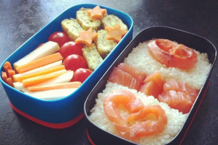 Рецепт бенто №22. Рис с красной рыбой, омлет с сыром и зеленью