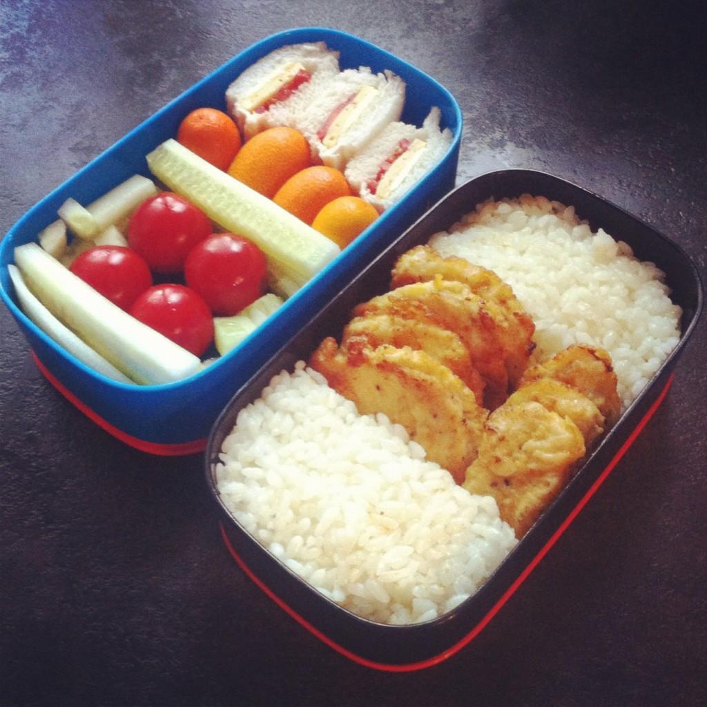 рис и жареная курица, кумкват, сендвичи и овощи