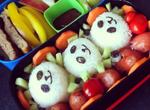 Панды из риса, сосиски-осьминожки, японский омлет, овощи и фрукты