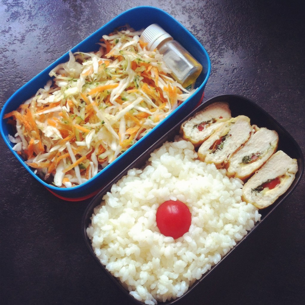 куриная грудка с рисом и овощным салатом