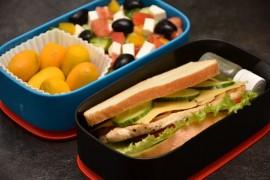 Рецепт бенто №57. Сэндвич с курицей и греческий салат