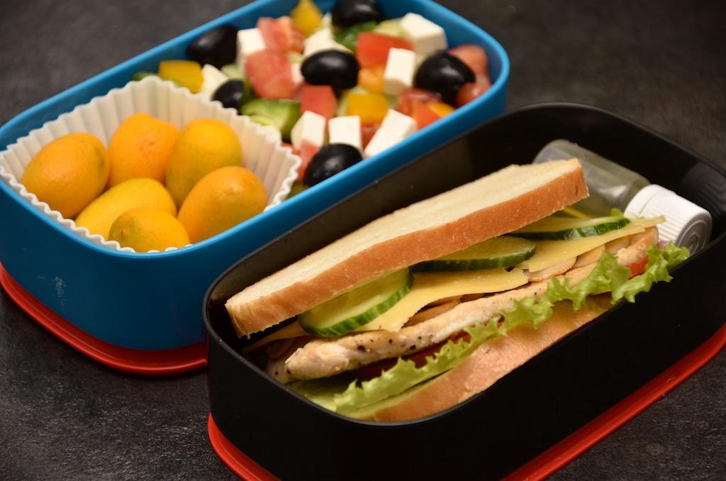 bento сэндвич с курицей и греческий салат