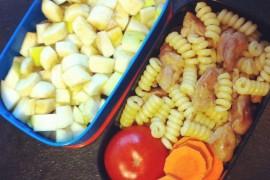 Рецепт бенто №7. Паста с курицей и фруктовый салат