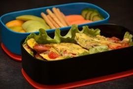 Рецепт бенто №58. Омлет с сосисками и овощами
