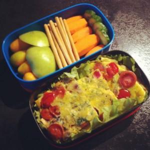 бенто омлет с сосисками и овощами