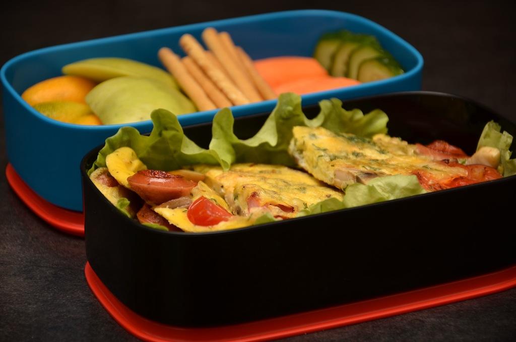 бенто омлет с сосисками овощи