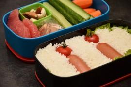Рецепт бенто №59. Рис и сосиски, овощи, грейпфрут и орехи