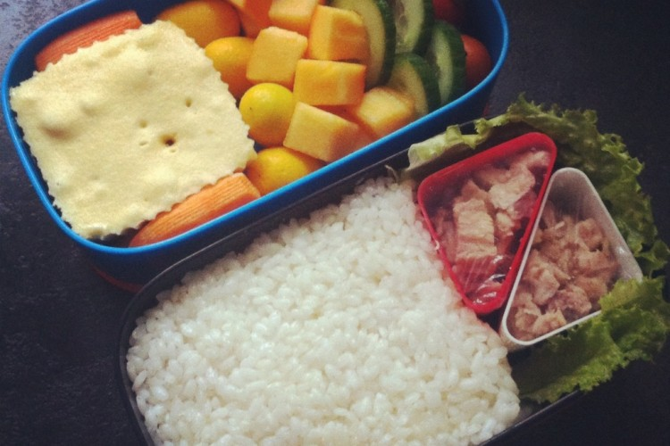 Рецепт бенто №61. Рис с тунцом в масле и шарлотка с яблоком