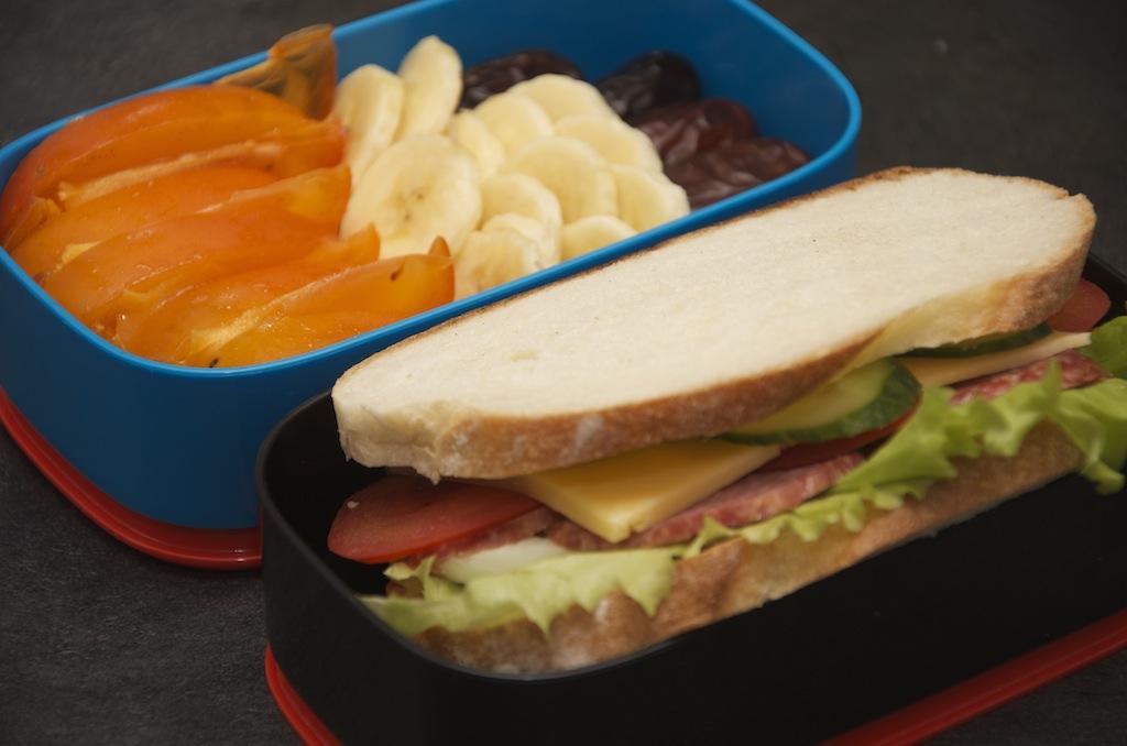 бенто сэндвич с колбасой и яйцом