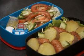Рецепт бенто №64. Сосиски в медово-горчичном соусе, запеченый картофель, салат