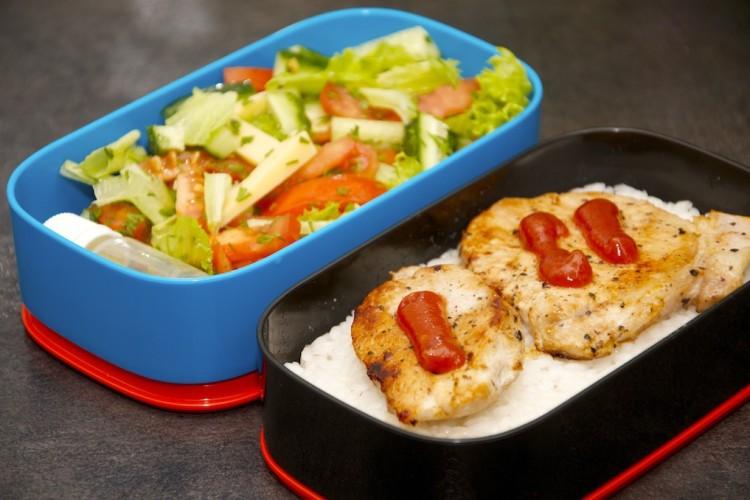 Рецепт бенто №66. Жареная свинина с рисом и салатом