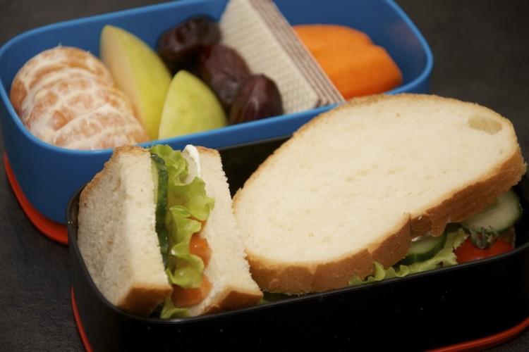 Бенто №67. Сэндвич с сёмгой, овощи, фрукты и вафля