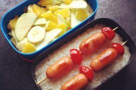 Рецепт бенто №69. Рис и сосиски на шпажках, фруктовый салат