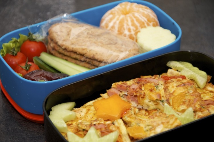 Рецепт бенто №70. Омлет с ветчиной и сыром, овощи, фрукты и печенье