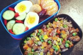 Рецепт бенто №74. Рис с овощами и мясом, вареное яйцо и фрукты