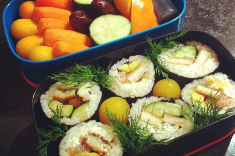 Рецепт бенто №75. Суши роллы с угрём, лососем и авокадо