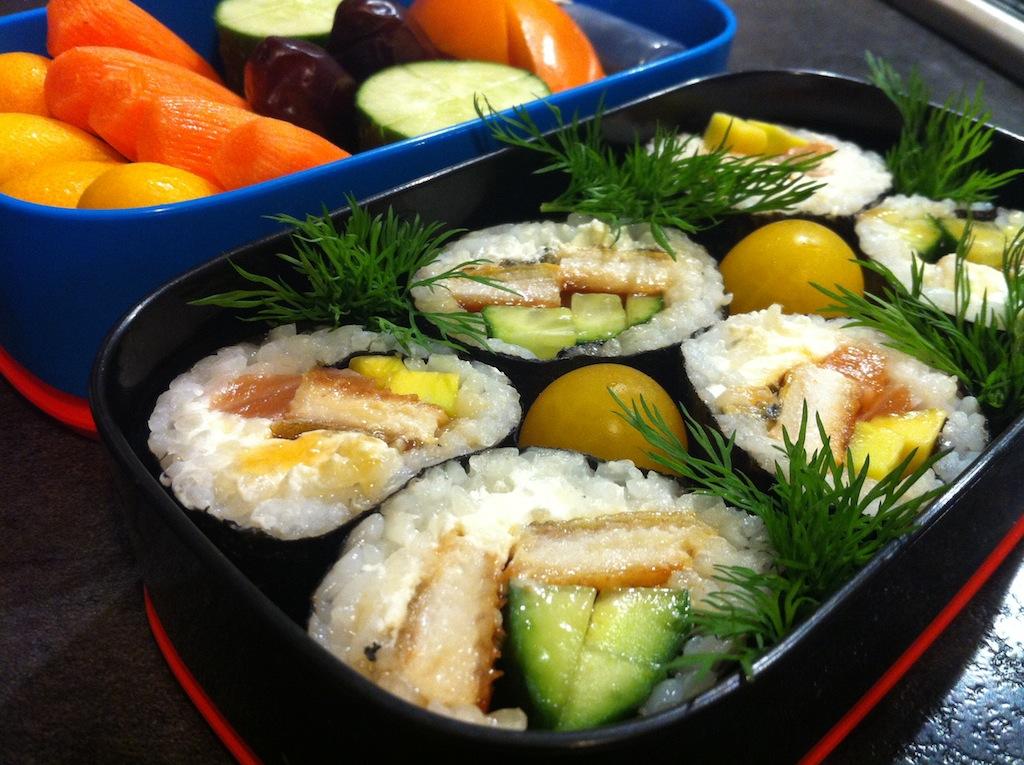 бенто суши с угрем лососем авокадо