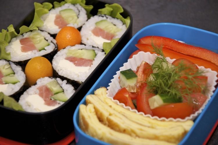 Рецепт бенто 78. Суши роллы с сёмгой и огурцом