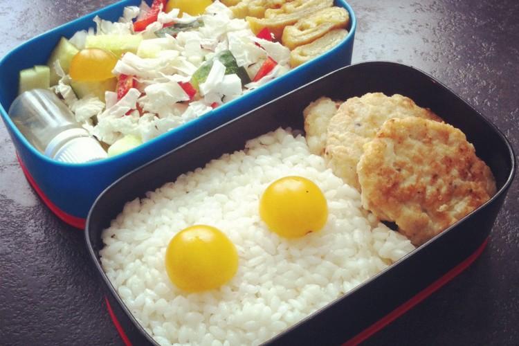 Рецепт бенто №76. Рис и куриные котлетки, японский омлет и салат