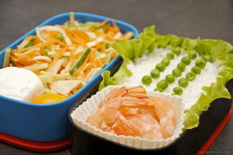 Рецепт бенто №79. Креветки и рис, яйцо-паровозик и овощной салат