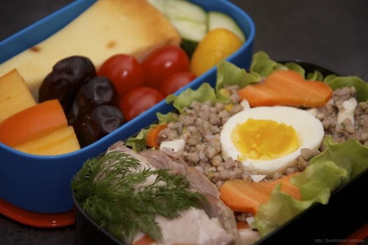 Рецепт бенто №80. Гречка с яйцом и зеленью, буженина и творожная запеканка
