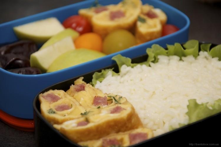 Рецепт бенто №82. Рис и сладкий омлет с колбасой и сыром
