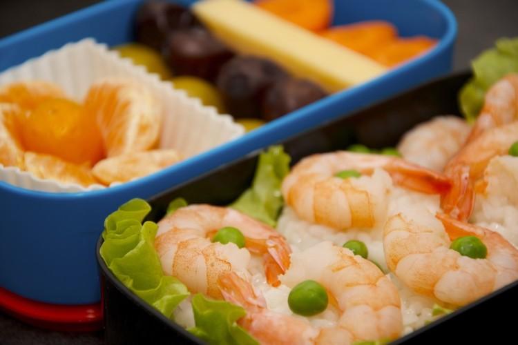 Рецепт бенто №84. Рис с жареными креветками, овощи и фрукты