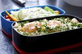 Рецепт бенто №86. Жареный рис с креветками и весенний салат