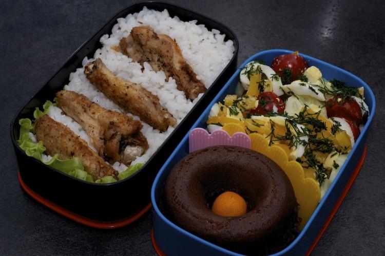 Рецепт бенто №85. Рис и куриные крылышки, салат и кекс