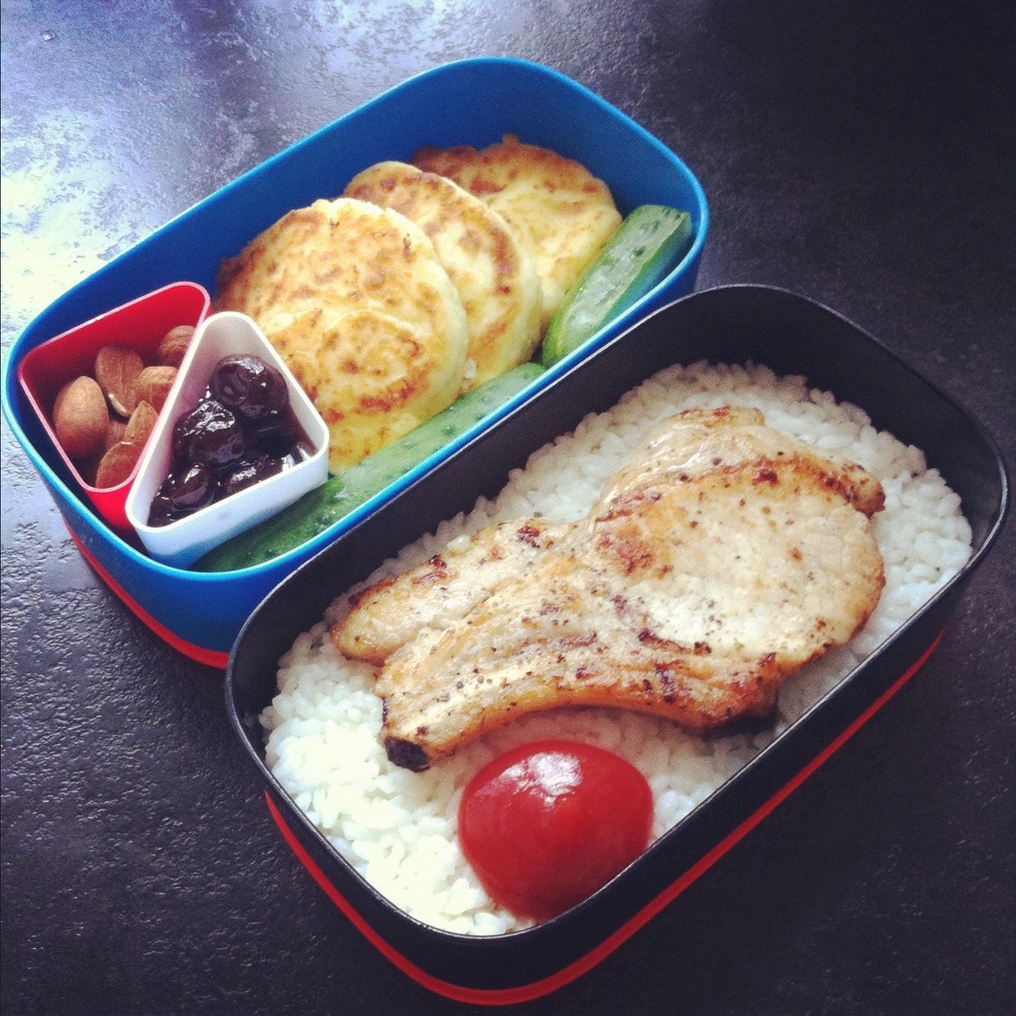 Рецепт обеда бенто: рис, стейк, сырники
