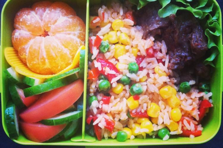 Рецепт бенто №88. Гавайская смесь, тушеная говядина и салат