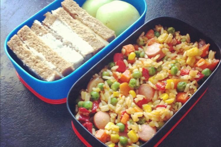 Рецепт бенто №45. Овощная смесь с сосисками и сандвичи