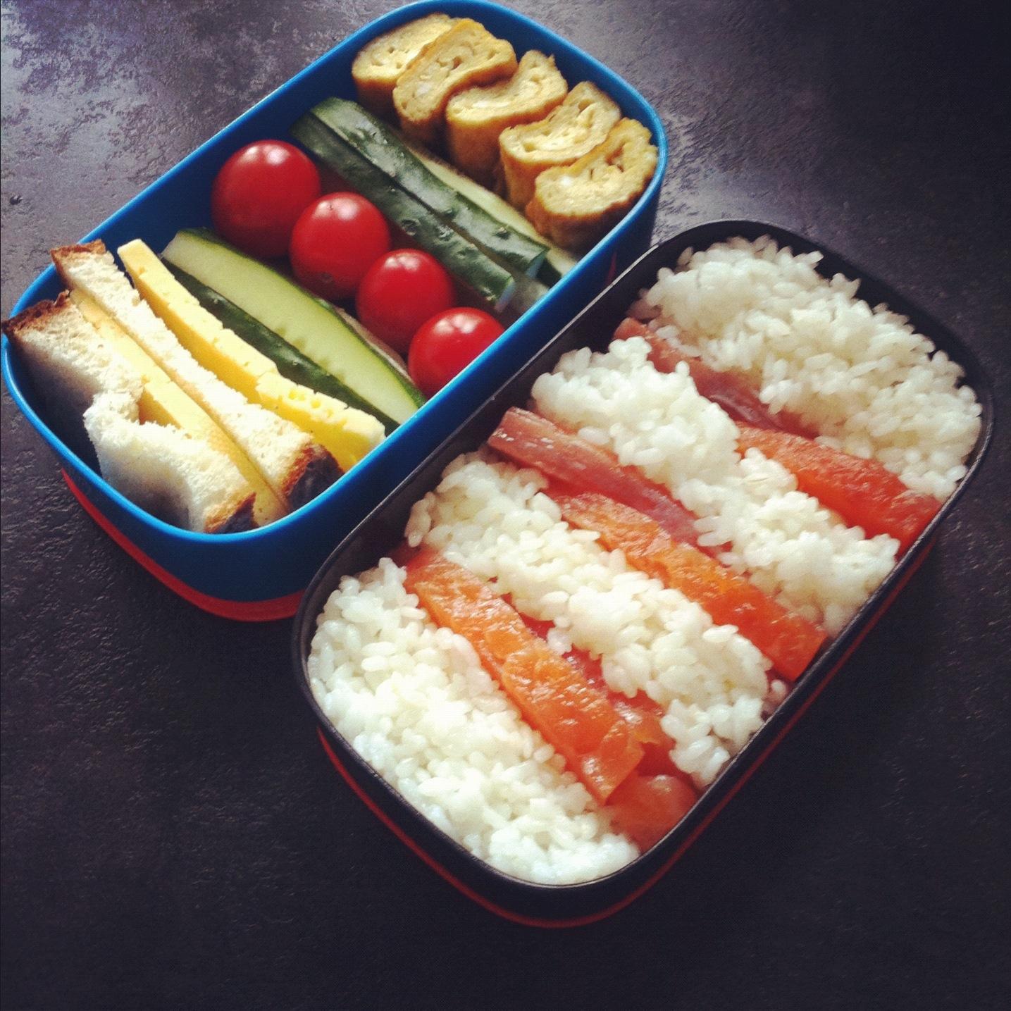 бенто рецепт обеда рис лосось омлет овощи