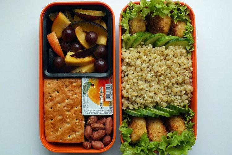 Рецепт бенто №89. Кускус с куриными котлетками и фруктовый салат