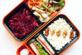 Рецепт бенто №90. Паста фарфалле с грибами и перцем, салат, мини-сэндвич и творог
