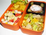Салат из индейки, картофель, сырники и фрукты