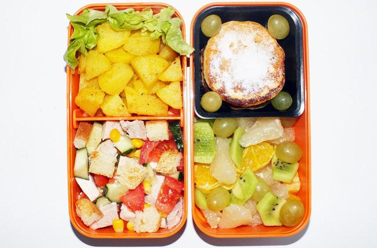 Рецепт обеда картофельный салат с овощами, картофель, сырники и фрукты