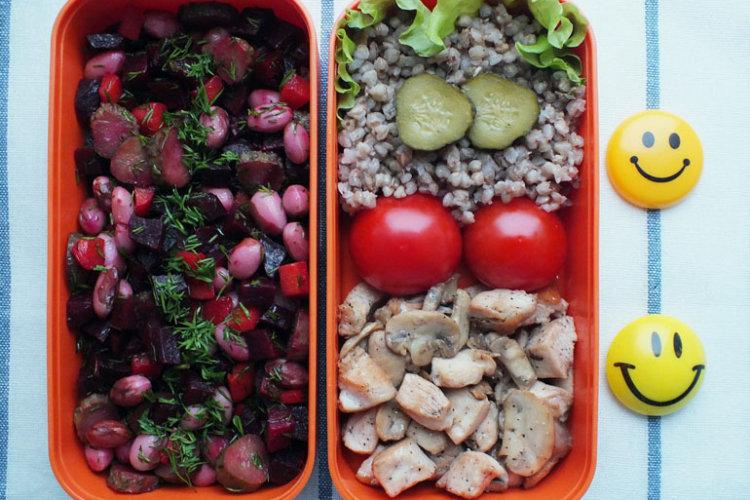 Рецепт бенто №95. Гречка с курицей и грибами, свекольный салат