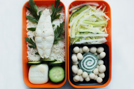 Рецепт бенто №96. Зубатка с рисом, яйцо и овощной салат