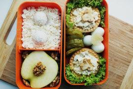 Рецепт бенто №98. Тарталетки с курицей и грибами, творог и яблоко