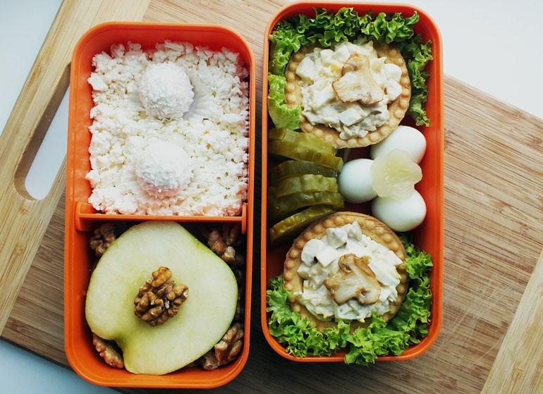 Рецепт бенто. Тарталетки с курицей и грибами, творог и яблоко