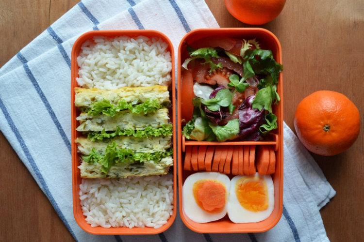 Рецепт бенто №99. Капустный пирог, рис и салат