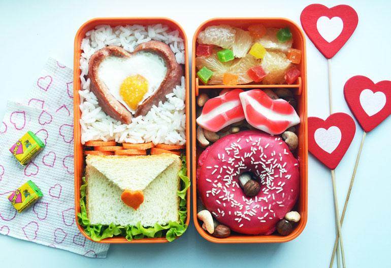 Рецепт бенто ко Дню святого Валентина. Рис, сердечко из сосиски и яйца, сэндвич-валентинка, пончик и орехи